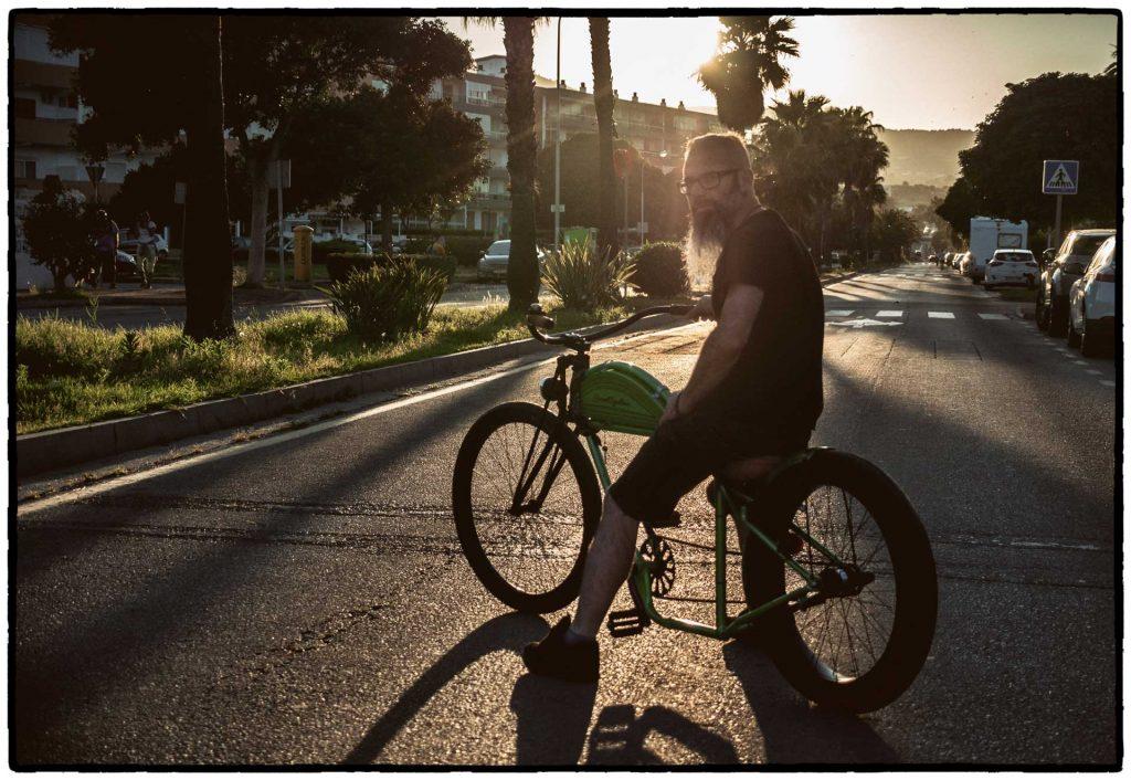hombre sobre bicicleta custom