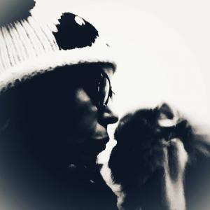 mujer besando gato gorro lana