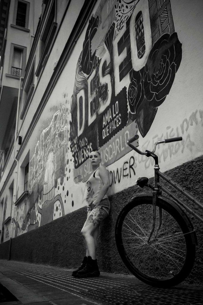 mujer frente grafiti