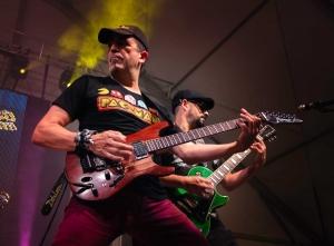 guitarristas actuando