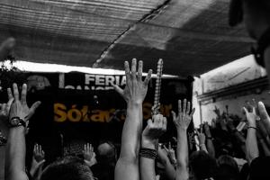 manos arriba público concierto