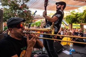 artistas trombón y guitarrista