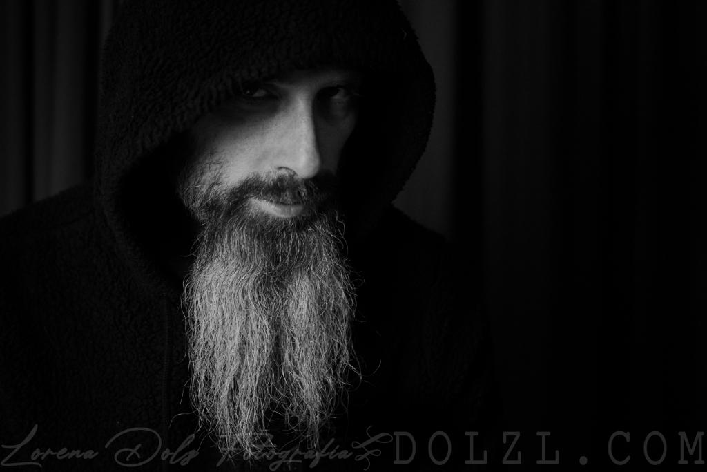 Juan Luis Medina retrato masculino blanco y negro con capucha