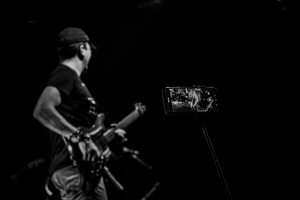 movil fotografiando a guitarrista en concierto