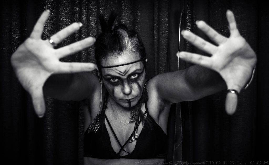vikinga con mirada fija y pelo en axilas