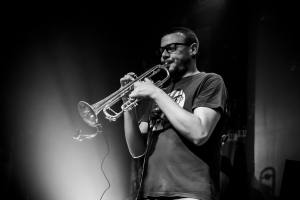 trompeta y trompetista joven