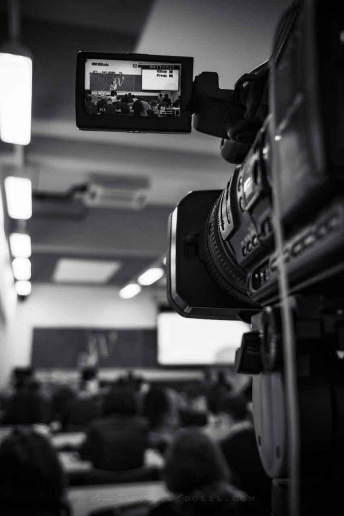 cámara grabando aula