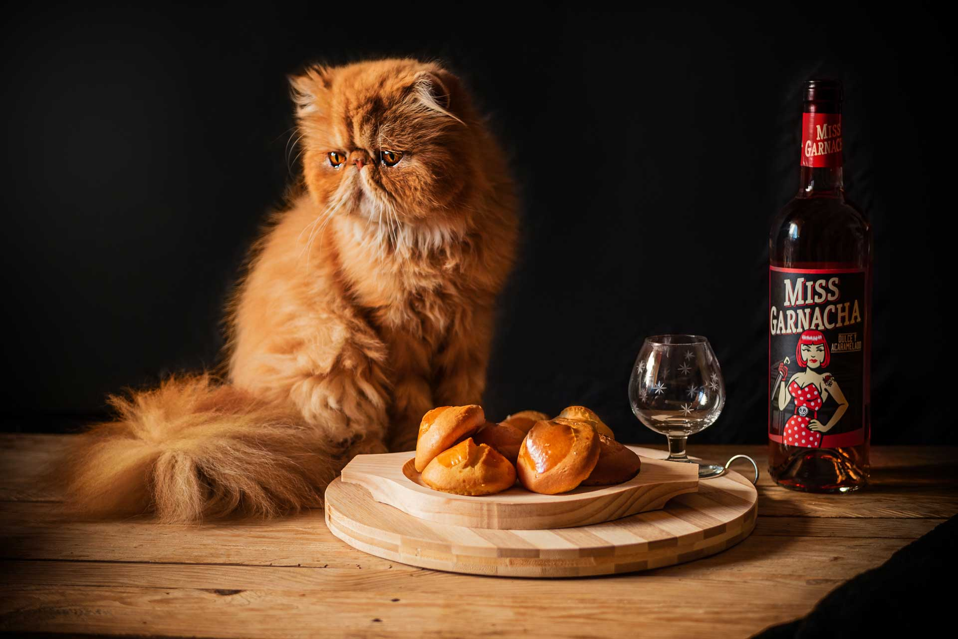 bodegón panes, vino y gato persa