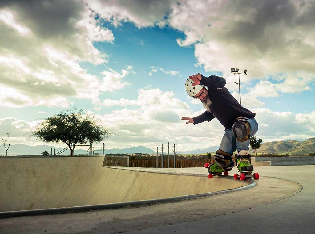 Patinador quad en rampa skatepark Pizarra Málaga nubes y cielo