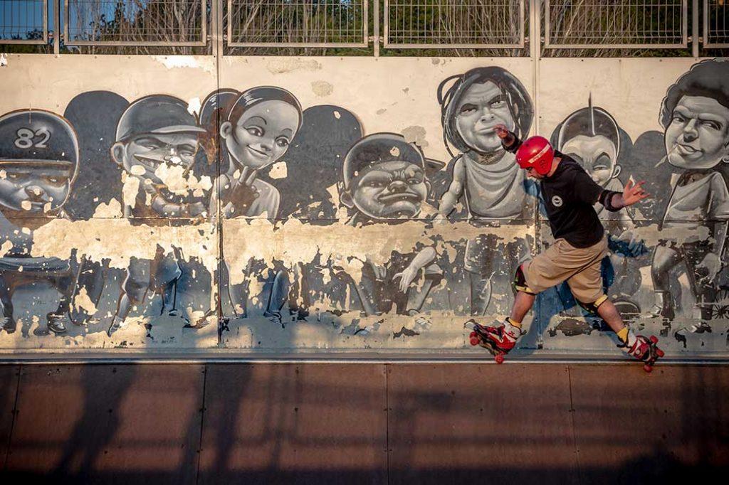 Patinador quad en rampa skatepark Málaga Rubén Alcantara atardecer rampa mini grafittys