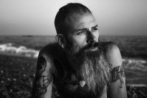 retrato hombre con barba en la playa