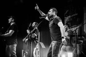 cantante alzando la mano